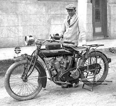 テキサスライダーと彼のインディアンオートバイ  オールドモーター