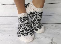 Dagens kjøpeoppskrift: Slippers in north Crochet Slipper Pattern, Knit Crochet, Crochet Patterns, Knitting Charts, Knitting Socks, Norwegian Knitting, Mitten Gloves, Mittens, Knitted Slippers