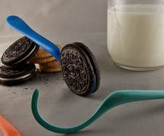 (dj's stocking ) Say farewell to those sticky fingers next time you get your snack on using the Oreo dunking spoon. This unique utensil fits snuggly into the cookie so that you can conveniently soak it in delicious milk without making a mess or dropping it in the cup accidentally.