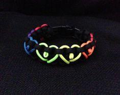 Black 550 Paracord Survival Bracelet with hearts in rainbow colors (custom size), rainbow bracelet, pride bracelet, custom bracelet Paracord Tutorial, Paracord Knots, Paracord Keychain, 550 Paracord, Paracord Bracelets, Braided Bracelets, Bracelets For Men, Cobra Weave, Pride Bracelet
