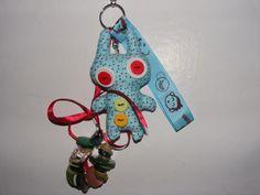 Een leuke tas-sleutelhanger met fantasie beestje en knopen !!