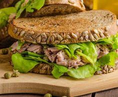Il panino al tonno è perfetto per chi ha poco tempo per il pranzo, ma non vuole rinunciare ad un pasto nutriente: pane ai cereali, tonno, capperi e lattuga.
