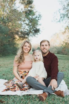 Elle Boone Photography Fort Worth Natural Light Family Session Source by elleboonephotog Look clothes Family Portrait Poses, Family Picture Poses, Family Picture Outfits, Family Portrait Photography, Family Photo Sessions, Family Posing, Children Photography, Family Photographer, Spring Family Pictures