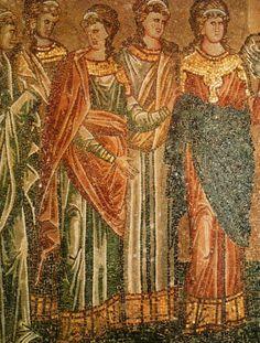 18. Tanto en hombres como mujeres se imponía la modestia inspirada en el cristianismo, de modo que había que ocultar el cuerpo. Esto se conseguía gracias a la superposición de capas y holgadas túnicas que hacían imposible distinguir la silueta de un sexo de la del otro.
