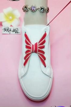 Buket Coşkun The post DIY unglaubliche Schnürsenkel Guide! Buket Coşkun 2019 appeared first on Lace Diy. Ways To Lace Shoes, How To Tie Shoes, Creative Shoes, Creative Ideas, Diy Ideas, Tie Shoelaces, Shoe Crafts, Diy Fashion, Womens Fashion