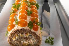 Broilerirulla on kuin suolainen kääretorttu. Tarjoa broilerirullaa kahvipöydän pikkusuolaisena. Täytteitä voit muunnella makusi mukaan. http://www.valio.fi/reseptit/broilerirulla/