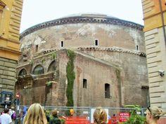 Faça um teste…posicione-se bem em frente ao monumento. Como num passe de mágica a cúpula fica escondida pelos frontões da fachada.