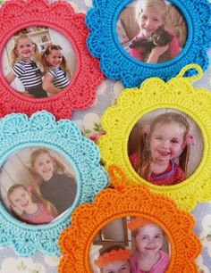 Crochet Round Picture Frames, free pattern, instructions in Dutch(?) need to translate Crochet Diy, Love Crochet, Learn To Crochet, Crochet Gifts, Crochet Flowers, Crochet Round, Crochet Decoration, Crochet Home Decor, Crochet Stitches