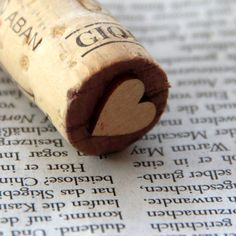 Herz-Stempel - heart stamp- find wooden flat pieces (Michael's?) and glue them onto corks to make stamps