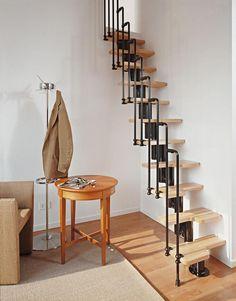 escalier en bois droit à limon central à pas décalés en bois avec un garde-corps en métal