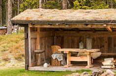 UTESTUE: En fin gapahuk gjør at det går an å sitte ute og grille eller steke mat på bålet, selv om været skulle være litt utrygt. Pergola, Outdoor Structures, Fire Pits, Frames, Farmhouse, Houses, Campfires, Hearths, Frame