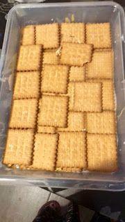 ΜΑΓΕΙΡΙΚΗ ΚΑΙ ΣΥΝΤΑΓΕΣ 2: Γλυκάκι ψυγείου με κρέμες μπισκότα κ καραμέλα !!! Butcher Block Cutting Board, Cheesecake, Muffin, Ice Cream, Sweets, Bread, Candles, Homemade, Chocolate