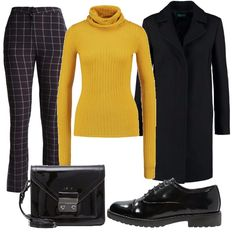 Per questo outfit: pantaloni quadrettati neri e bianchi, maglia dolcevita a costine color spicy mustard, cappottino nero dal taglio classico, stringata nera in vernice e tracollina nera in vernice.