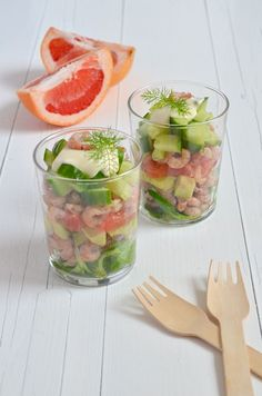 Wholesome 7 Layer Salad is perfect for you. This healthy vegetarian salad combines hard boiled eggs, almonds and veggies to create a well-balanced meal. Dutch Recipes, Clean Recipes, Cooking Recipes, Healthy Recepies, Easy Healthy Recipes, Vegetarian Recipes, Brunch, Tapas, Fingers Food