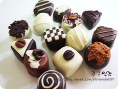 오랜만에 칼라믹스를 만져봤다^^ 칼라믹스만의 광택과 촉감을 잘 살릴수 있는 지우개 초콜릿~ 글두.. 음~~...