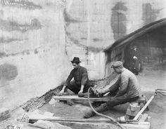 Bau obere Schleuse Minden/MLK. Der Verbindungskanal Süd vom Mittellandkanal zur Weser besitzt zwei Schleusen, die nördlichste davon (obere Schleuse) am Kanal.Das Bild zeigt Arbeiten an der Kammersohle im Bereich des Oberhaupts der Schleuse. Aufnahme aus dem Jahr 1914.