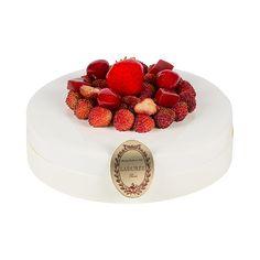 CHOCOLATE AND PRALINE TARTE Sablé croustillant, confit de fraise, mousse légère à la noix de coco, fraises des bois fraîches