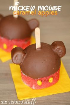 Make the iconic Mickey Mouse Caramel Apple treat in the comfort of your own home! Chocolate Dipped Fruit, Chocolate Apples, Melting Chocolate Chips, Caramel Apples, Mickey Mouse, Disney Food, Disney Recipes, Disney Desserts, Disney Diy