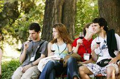 El 56% de los jóvenes de entre 18 y 24 años no consume vino, según un estudio http://www.vinetur.com/2012112210507/el-56-de-los-jovenes-de-entre-18-y-24-anos-no-consume-vino-segun-un-estudio.html