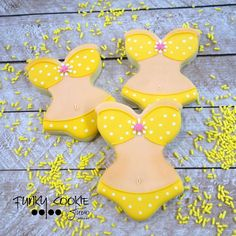 "When you hear the lyrics ""itsy bitsy teenie weenie yellow polka dot bikini"" do you imagine a yellow bikini with white polka dots or a different color bikini with yellow polka dots?!?!?! ... #funkycookiestudio #jillfcs #doorcounty #sisterbay #edibleart #cookieart #countrywalkshops #itsybitsyteenyweenyyellowpolkadotbikini"