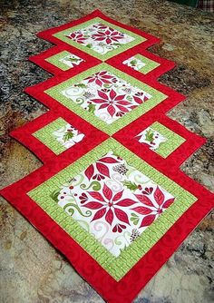 Christmas patchwork - 17 DIY Quilted Table Runner Ideas For All Year Round – Christmas patchwork Patchwork Table Runner, Table Runner And Placemats, Quilted Table Runner Patterns, Christmas Patchwork, Christmas Sewing, Christmas Quilting, Plus Forte Table Matelassés, Christmas Runner, Quilted Table Runners Christmas