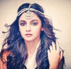 The gorgeous Alia Bhatt donning a two tier polki maatha patti. Tikka Hairstyle, Indian Hairstyles, Wedding Hairstyles, Hairstyle Ideas, Pakistani Jewelry, Indian Wedding Jewelry, Indian Jewelry, Tikka Jewelry, Head Jewelry