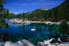 """Lacul Tahoe.Cu 501 metri adâncime, Lacul Tahoe este al doilea cel mai adând lac din Statele Unite şi al zecelea din lume, conform Serviciilor Geologice din Statele Unite (SGSU). """"Nu găsesc nimic mai plăcut decât înotul în apa cristalinî a Lacului Tahoe, în timp ce priveşti spre munţii Tallac acoperiţi de zăpadă"""", spune Geoff Schladow, directorul Centrului Cercetărilor de Mediu Tahoe. Apa are între 36 şi 42 de grade Celsius între August şi Septembrie."""
