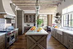 Rustikale Küche in grauer Farbe