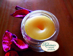 Lip balm with cocoa butter, almond oil, honey and vanilla A natural lip balm with a firm texture and matte finish. Smoothes, softens and heals dry lips. The floral vanilla scent mixed with the warm honey giving a sweet result allowing you to enjoy a moment of spontaneous aromatherapy.