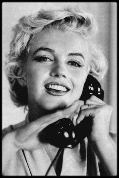 """1954 / Photos Sam SHAW, Marilyn est arrivée à New-York pour les extérieurs du film """"The seven year itch"""" où elle loge au St REGIS Hotel."""