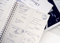 Weekly Bullet Journal Layout Ideas: Star Constellation To-Do Lists & Planet Doodle Art A creative mix of minimalism, outer space aesthetic, and functionality in my bujo. The weekly layouts are simple, functional, very flexible, and pretty.