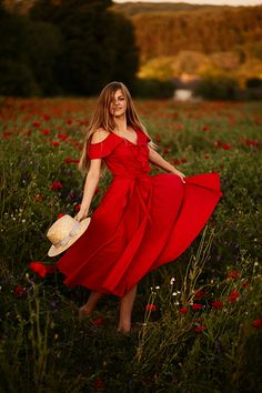 Woman in red dress whirls around on the field with poppies , Red Dress Outfit Wedding, Red Dress Outfit Casual, Red Dress Run, Winter Dress Outfits, Outfit Winter, Outfit Summer, Casual Summer, Red Dress Makeup, Red Formal Dresses
