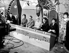 Levyraati istuu Jaakko Jahnukaisen johdolla 1960-luvulla. Kuva: Helsingin kaupunginmuseo
