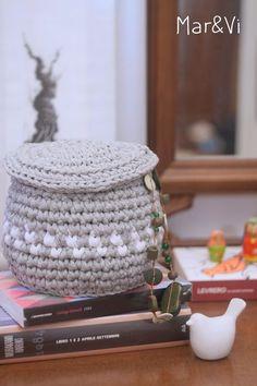 Patrón cesta de trapillo con tapa Crochet Fabric, Fabric Yarn, Thread Crochet, Diy Crochet, Crochet Stitches, Crochet Patterns, Crochet Bowl, Easter Crochet, Cotton Cord
