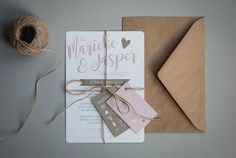 Ontwerp Marjolein Vormgeving. Trouwkaart Jasper & Marieke #ontwerp #trouwkaarten #marjoleinvormgeving #roze #kraftpapier #trouwen #kaarten #uitnodiging #ontwerp #creatief