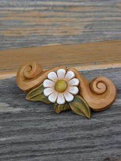 Sponka:  kytička s lístky ... Wood Carving, Brooch, Stud Earrings, Jewelry, Wood Sculpture, Jewlery, Jewerly, Wood Carvings, Brooches