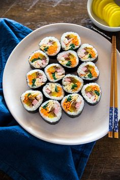 Kimbap (Korean sushi rolls) served with yellow radish pickles Gimbap Recipe, Sushi Roll Recipes, Korean Kitchen, Korean Dishes, Asian Recipes, Ethnic Recipes, Sushi Rolls, Street Food, Food And Drink