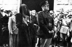 Mussolini con la moglie Rachele, col viso velato, al funerale del figlio Bruno, morto in un incidente aereo durante un volo di prova.