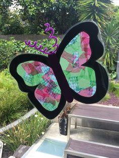 Butterfly sun catcher - kids crafts  https://littlemulberryproject.wordpress.com/2016/11/26/beautiful-butterfly-windows/