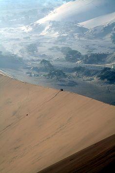 Cresta de una duna en el desierto de Ica -Peru y bista espectacular del balle de la sierra. JH14