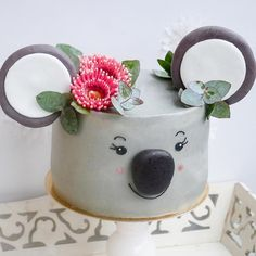 Happy Thursday 😊 Here is a close up of my little raw vegan strawberry and Cashewyoghurt Koala 🐨 cake 💕 And the flowers are Eucalyptus… Animal Birthday Cakes, Animal Cakes, Cake Birthday, Fancy Cakes, Cute Cakes, Indian Cake, Fig Cake, Bowl Cake, Vegan Cake