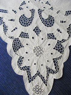 Уголок с КРАСИВЫМ ришелье 50-е г.г. Размер 90 х 79 см. Очень красивая вышивка ришелье, мелкий узор.
