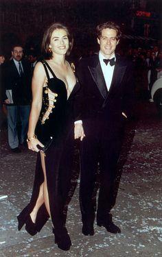 Elizabeth Hurley en robe Versace et Hugh Grant lors de la première du film Quatre mariages et un enterrement à Londres en 1994