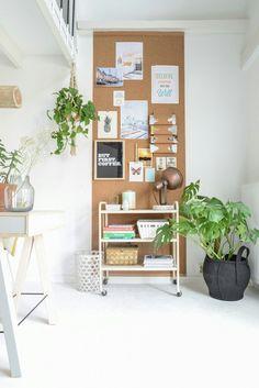 Een strook kurk tegen de muur kun je leuk vullen met posters en foto's.