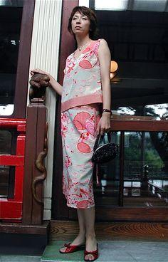 クリックで元の大きさに戻ります Kimono Fabric, Kimono Dress, Older Women Fashion, Womens Fashion, Fashion Drawing Tutorial, Moderne Outfits, Modern Kimono, Western Outfits, Kimono Fashion