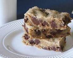 Brownies au chocolat blanc et pépites de chocolat noir : http://www.cuisineaz.com/recettes/brownies-au-chocolat-blanc-et-pepites-de-chocolat-noir-61005.aspx