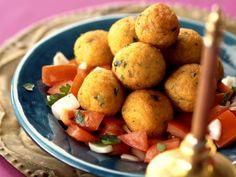 Kartoffel-Bulgur-Klößchen auf arabische Art mit Tomatensalat