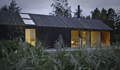 Black House On the island of Møn, by the Råbylille beach some 350 m stands the bright, spacious and attractively modern Black Bright house. Pure forms, classic designs and warm timber create a relaxed atmosphere, giving occupants the most beautiful possib Residential Architecture, Modern Architecture, Home Beach, Style At Home, Modern Barn House, Modern House Design, Shed Homes, Agra, House In The Woods