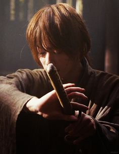 3/? Rurouni Kenshin Live Action Screencaps Rurouni Kenshin Movie, Kenshin Y Kaoru, Action Movies, Saitama, Kenshin Le Vagabond, Katana Girl, Fighting Poses, Takeru Sato, Martial