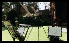 El reloj de sol y la muerte    Peter Greenaway, El contrato del dibujante Outdoor Furniture, Outdoor Decor, Bench, Chair, Home Decor, Sundial, Death, Clocks, Movies